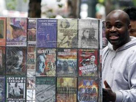 Аде Онабаджо у лотка с антисемитскими изданиями