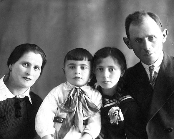 Родители, Абрам и его сестра Рая