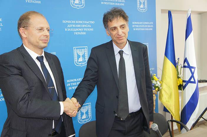 Почетный консул Израиля Олег Вишняков (слева) и посол Израиля в Украине Элиава Белоцерковски (справа) на открытии почетного консульства