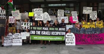 Демонстрация активистов «Еврейского голоса за мир» в Нью-Йорке