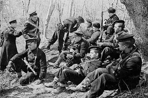 Моряки из отряда Цезаря Куникова в ожидании десантных кораблей