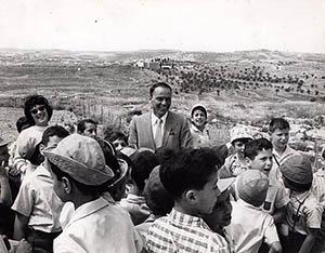 Фрэнк Синатра в Израиле в окружении детей