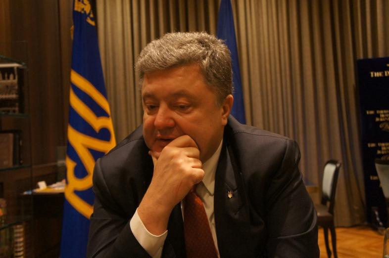 Петро Порошенко отвечает на вопросы интервью. Фото: Шимон Бриман.