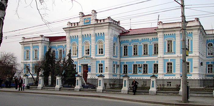 В этом здании сельскохозяйственного техникума во время Великой Отечественной войны хранилось тело Ленина