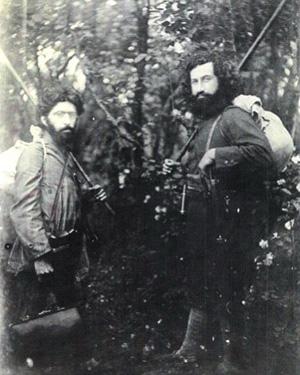 Справа — Мирза Кучек-хан
