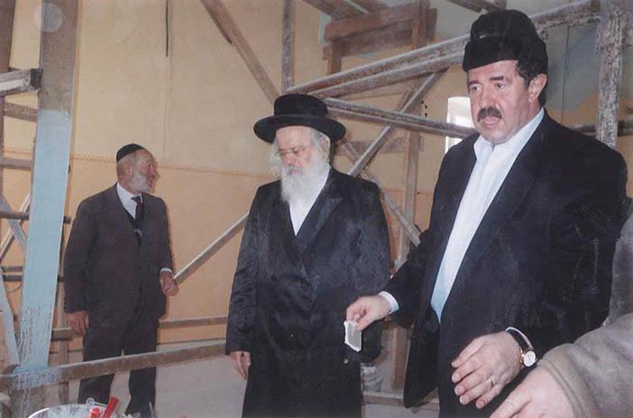 С главным раввином Мукачево на реконструкции  Мукачевской центральной синагоги, 2009 год
