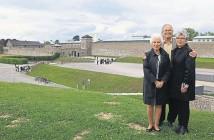 «Чудо-дети» Ева Кларк, Марк Ольски и Хана Бергер-Моран  на фоне концлагеря Маутхаузен