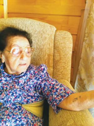 Мать Алекса Ровта — Ленке:  номер на руке