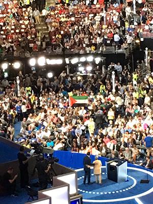Выдвижение Клинтон кандидатом впрезиденты делегаты съезда приветствовали флагом «государстваПалестина»
