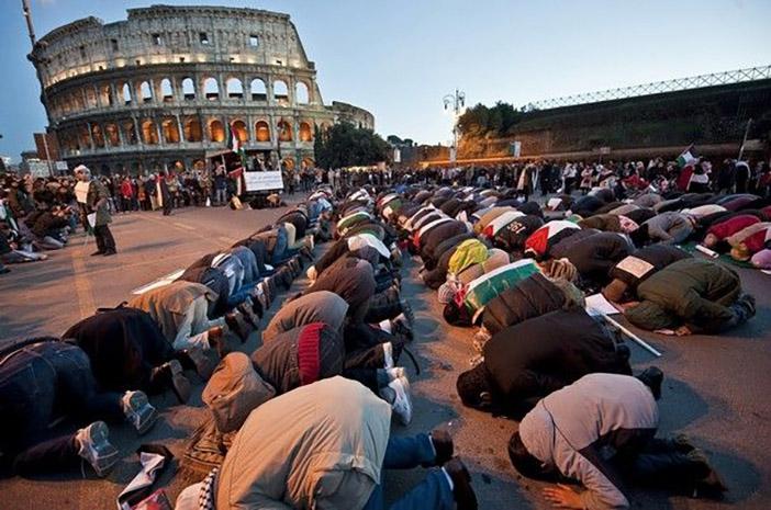 Массовая молитва мусульман у Колизея в Риме