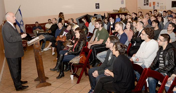 Перед молодежью организации RAJE выступает Малькольм Хенлайн