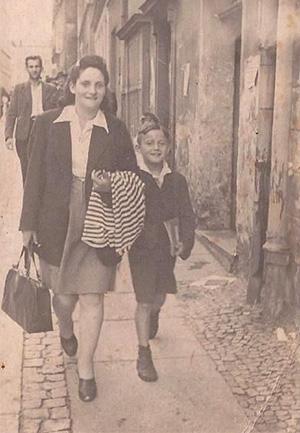 Мьетек Кенигсвайн с матерью в послевоенной Варшаве