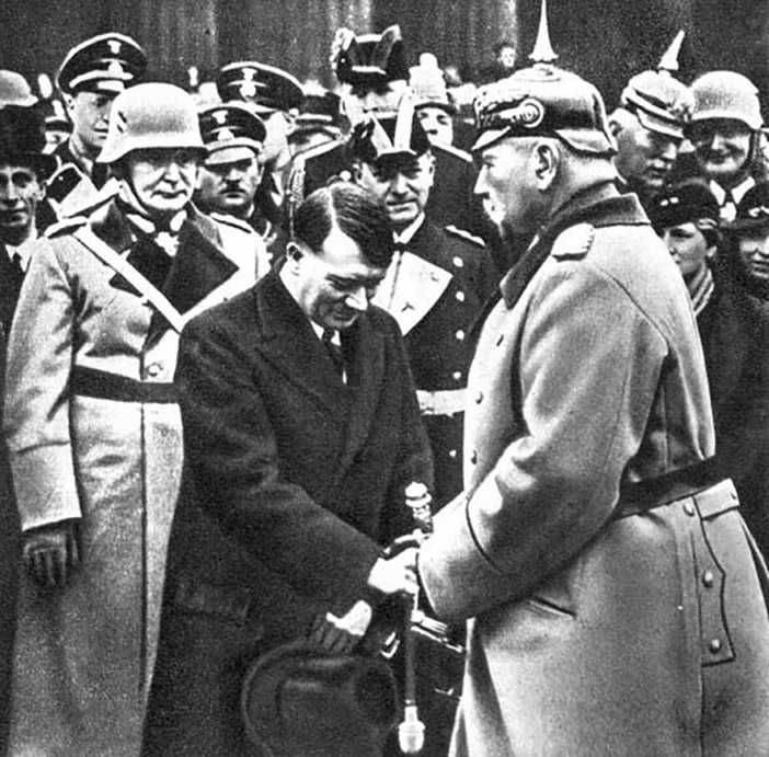 Знаменитое рукопожатие Гитлера и Гинденбурга у могилы Фридриха Великого