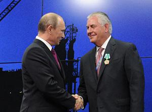 Владимир Путин вручает орден Дружбы Рексу Тиллерсону