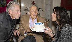 Кирк Дуглас с сыном Майклом и невесткой Кэтрин Зета-Джонс