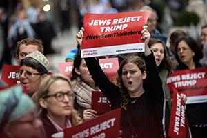 Еврейские активисты в США протестуют против политики Трампа, обвиняя его в антисемитизме