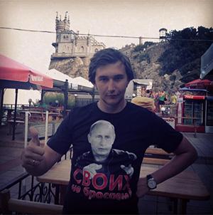 Сергей Карякин в майке  с портретом Путина на фоне крымского пейзажа