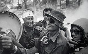 Генералы Ариэль Шарон и Моше Даян отмечают пересечение Суэцкого канала во время войны Судного дня