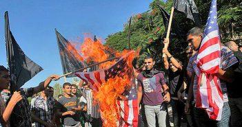 Арабы палестинской автономии сжигают флаг США