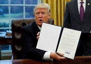 Дональд Трамп демонстрирует подписанный указ