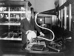Эмиль Берлинер с экспериментальными граммофоном и грампластинкой