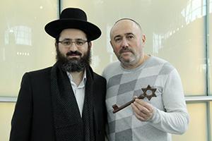 Григорий Аршинов (справа) с ключом от синагоги,  слева — рав Гиллель Коэн.