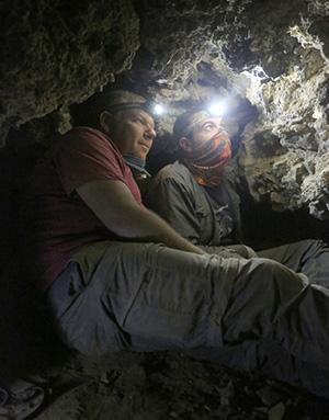 Археологи Орен Гутфелд и Ахиад Овадья исследуют пещеру