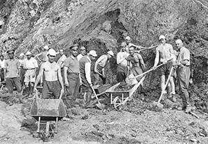 Еврейская молодежь в трудовом лагере