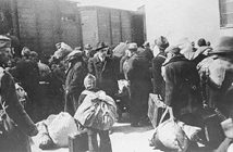 Депортация македонских евреев. Стоящий в центре мужчина в шляпе — Александр Белев