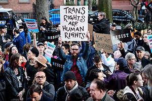 Демонстранты у бара Stonewall Inn