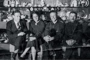 Ева со своими советскими сотрудниками