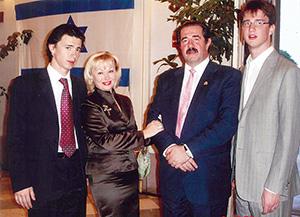 Алекс Ровт с женой и сыновьями - внуками Шимона