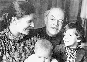 Давид Самойлов с женой Галиной и сыновьями. 1973 год