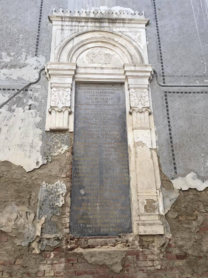 Оскверненный «Бейт Кадишин» на еврейском кладбище, Черновцы