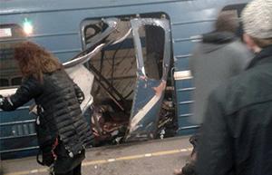Развороченные взрывом двери вагона питерского метро