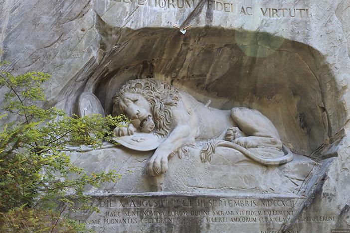 Скульптура Торвальдсена «Умирающий лев»
