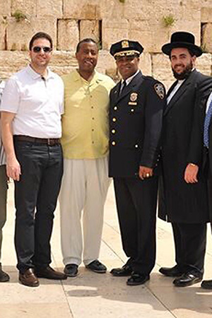 Октябрь 2014 года. Чиф полиции Филипп Бэнкс  (в форме), Иона Рехниц  (в белой рубашке) и Джереми Райхберг (справа) у Стены Плача в Иерусалиме