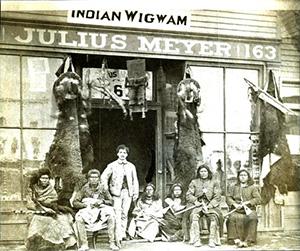 Джулиус Мейер с индейцами у своего магазина