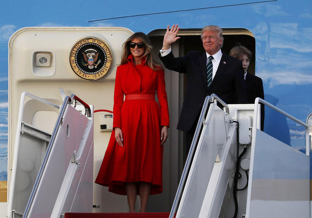 WEST PALM BEACH, FL - MARCH 17:  President Donald Trump, his wife Melania Trump and their son Barron Trump arrive together on Air Force One at the Palm Beach International Airport to spend part of the weekend at Mar-a-Lago resort on March 17, 2017 in West Palm Beach, Florida. President Trump has made numerous trips to his Florida home since the inauguration.  (Photo by Joe Raedle/Getty Images)