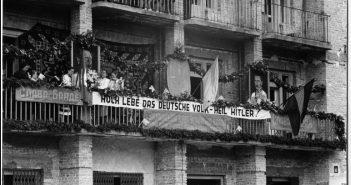 """Украинский митинг в честь вступления немецких войск и """"Акта провозглашения незвисимости Украины"""" во Львове днем ранее. - Золочев, 1 июля 1941 года."""
