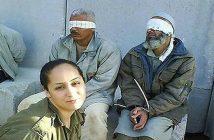 Служащая пограничной полиции МАГАВ сделала фото для «дембельского» альбома, на фоне задержанных «палестинцев». Из правозащитных материалов «Эхa Москвы»