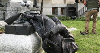 Сброшенная скульптура солдата-конфедерата в Дареме. 14 августа  2017. REUTERS/Kate Medley