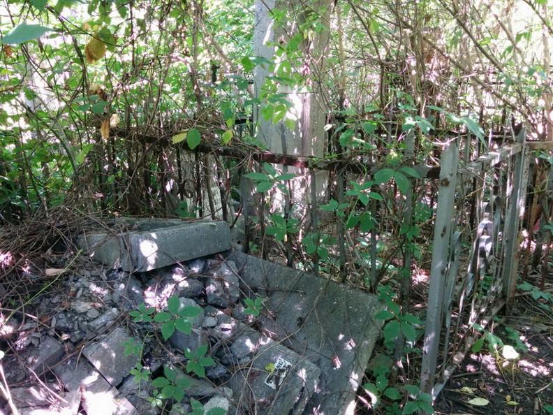 Груда обломков надгробий и постаментов с разных могил еврейского участка. Фото: Шимон Бриман.