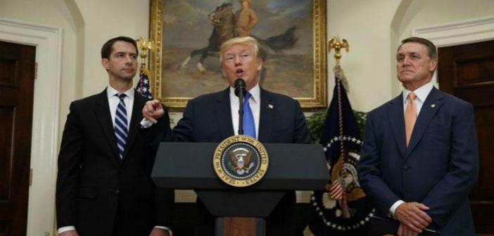 Сенатор Том Коттон, президент Дональд Трами и сенатор Пердью сообщают о проекте закона RAISE