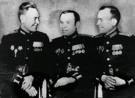 Пионером парашютизма в СССР является летчик Леонид Григорьевич Минов, который выполнил свой первый прыжок с парашютом в 1929 году в США