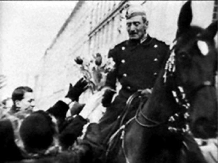 Король Дании Кристиан Х умер 20 апреля 1947 г. Вместе с ним в его гроб была положена повязка члена Датского движения Сопротивления.
