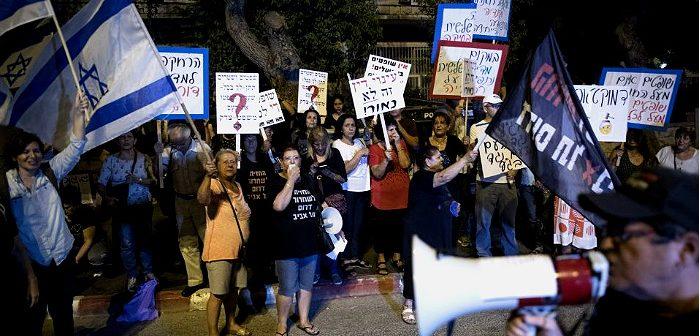 Жители Южного Тель-Авива, протестующие возле дома председателя БАГАЦ