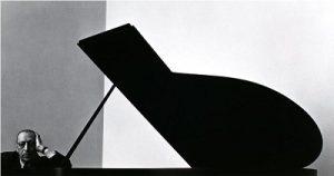 Фото Арнольда Ньюмана, 1946 г. Ньюман рассказывал, что ему пришло в голову, что «крышка рояля похожа на форму музыкального знака бемоль — сильного, линейного и красивого, как работы самого Стравинского».
