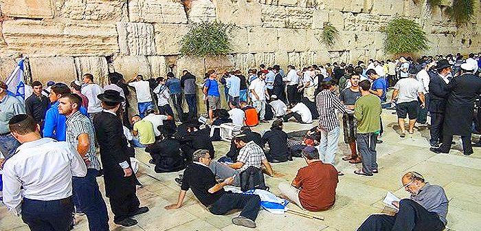 Молитвы у Западной Стены в пост 9 Ава. Какие разные евреи!