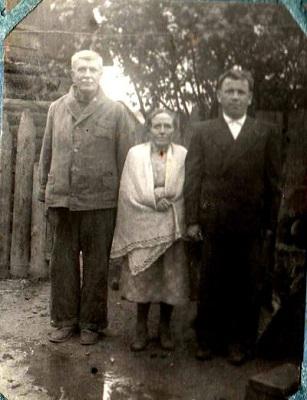 Марк Иванович с Ядвигой Адамовной возле дома. Начало 1950х.